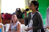 Franciara Silva do IEB conversa com comunitários <br /> na vila São João Batista, no igarapé do Macaco, local do III Encontrão.<br /> <br /> Com a criação da Convenção sobre Diversidade Biológica - CDB -  tratado da Organização das Nações Unidas,  e a ratificação do protocolo de Nagoia em  2010,   se inicia um processo de organização para os  Povos e Comunidades Tradicionais em  busca de maior  qualidade de vida não apenas na Amazônia, mas em todo  mundo. <br /> <br /> Assim, em dezembro de 2013 a Rede Grupo de Trabalho Amazônico – GTA, em parceria com a Regional GTA/Amapá, o Conselho Comunitário do Bailique, Colônia de Pescadores Z-5, IEF, CGEN/DPG/SBF/MMA, juntamente com 36 comunidades do Arquipélago do Bailique, inicia o processo de criação do primeiro protocolo comunitário na Amazônia, instrumento que regula relações comerciais amparado por leis ambientais, estabelecendo o mercado justo, proteção da biodversidade,  entre outros . <br /> <br /> Desta forma, após dezenas de encontros, debates e oficinas,  as Comunidades Tradicionais do Bailique, articuladas pelo GTA,  se reuniram durante os dias 26, 27 e 28 de fevereiro, onde os moradores, em assembléia geral ordinária, definiram sua personalidade jurídica   criando uma associação para atuação comercial, votando seu estatuto e estabelecendo os diversos grupos de trabalho necessários para a gestão do Protocolo Comunitário.<br /> <br /> O encontro na comunidade São João Batista no furo do macaco(igarapé que dá acesso a vila), foz do Amazonas, recebeu cerca de 100 lideranças de 28 comunidades  nestes dias , que chegavam de barcos e canoas acompanhados por suas famílias<br /> <br /> Durante o debate,  representantes  do Ministério do Meio Ambiente, Ministério Público Federal, Fundação Getúlio Vargas, Embrapa e Conab esclareciam dúvidas e indicavam caminhos para fortalecer o primeiro protocolo comunitário na Amazônia.<br /> Arquipélago do Bailique, Vila São João Batista, Macapá, Amapá, Brasil.<br /> Foto Paulo Santos<b