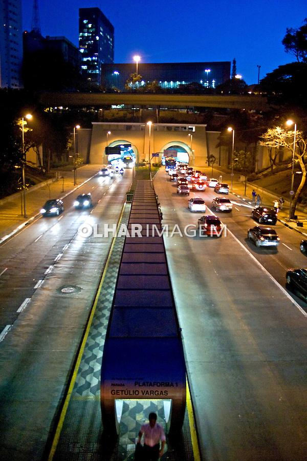 Entrada do Tunel da Avenida Nove de Julho.  São Paulo. 2010. Foto de Alf Ribeiro.