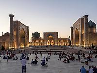 Registan mit Ulug Bek, Tilla Kori und Sherdor Medrese, Samarkand, Usbekistan, Asien, UNESCO Weltkulturerbe<br /> Ulug Bek, Tilla Kori and Sherdor Madrasa at Registan Square, Samarkand, Uzbekistan, Asia, UNESCO Heritage Site