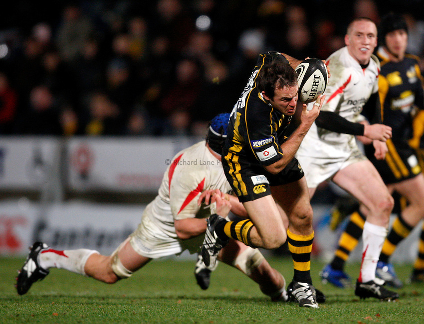 Photo: Richard Lane/Richard Lane Photography..London Wasps v Newcastle Falcons. Guinness Premiership. 25/11/2007. .Wasps' Fraser Waters attacks.