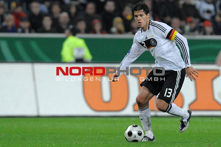 Fussball, L&auml;nderspiel, WM 2010 Qualifikation Gruppe 4 in M&ouml;nchengladbach ( Borussia Park ) <br />  Deutschland (GER) vs. Wales ( GB ) 1:0 ( 0:0 )<br /> <br /> Michael Ballack (Ger /  Chelsea London #13)<br /> <br /> <br /> Foto &copy; nph (  nordphoto  )<br />  *** Local Caption ***