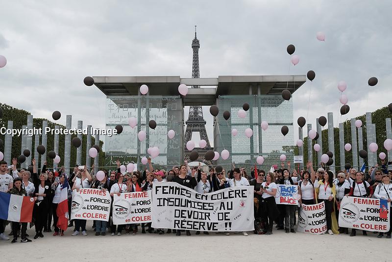LES FEMMES DES FORCES DE L'ORDRE MANIFESTENT LEUR COLERE LORS D'UN DEFILE AUTOUR DU CHAMP-DE-MARS A PARIS, FRANCE, LE 22/04/2017.