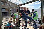 UDEN - Tijdens de Dag van de Bouw bezochten 4300 mensen de bouw van ziekenhuis Bernhoven. Met hulp van een speurtocht, met vragen en informatieborden kreeg men een rondleiding door het ziekenhuis, was er koffie na afloop, en bestond de mogelijkheid om aangelijnd, het ziekenhuis vanuit een bakje te zien. Het gebouw wordt gerealiseerd door Kuijpers Installaties en Hurks van der linden. COPYRIGHT TON BORSBOOM