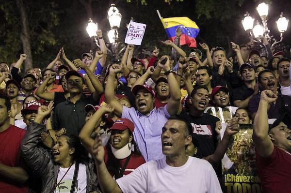 Venezolanos lloran a Hugo Chávez, fallecido el 5 de marzo de 2013, de cáncer. EFE.
