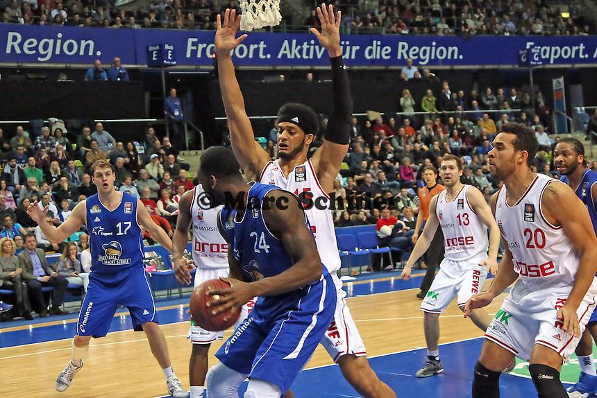 Mike Morrison (SKyliners) gegen Josh Duncan (Bamberg) - Fraport Skyliners vs. Brose Baskets Bamberg, Fraport Arena Frankfurt