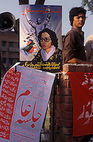 Karachi, Pakistan  1986.Manifestazione del  Pakistan Peoples Party, sul manifesto la foto di Benazir Bhutto e del padre Zulfikar Ali Bhutto..Karachi, Pakistan 1986.Manifestation of the  Pakistan Peoples Party, on the banner  the photo of Benazir Bhutto and her father Zulfikar Ali Bhutto.