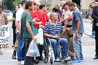 RIO DE JANEIRO,RJ,17.10.2013: SENHOR PASSA MAL EM FRENTE A CAMARA MUNICIPAL DO RIO E SOCORRO DEMORA A CHEGAR- Um senhor aparentando ter 60 anos, passa mal em frente a Câmara Municipal do Rio e fica esperando socorro por mais de meia hora. Um vereador, Renato Silva e o Doutor Leonardo Moura trouxeram uma cadeira de rodas de dentro da Câmara. Uma ambulância dos bombeiros chegou e levou o Homem para o hospital mais próximo. SANDROVOX/BRAZILPHOTOPRESS