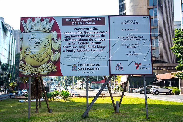 Placa com informações de obra da Prefeitura, São Paulo - SP, 07/2016.