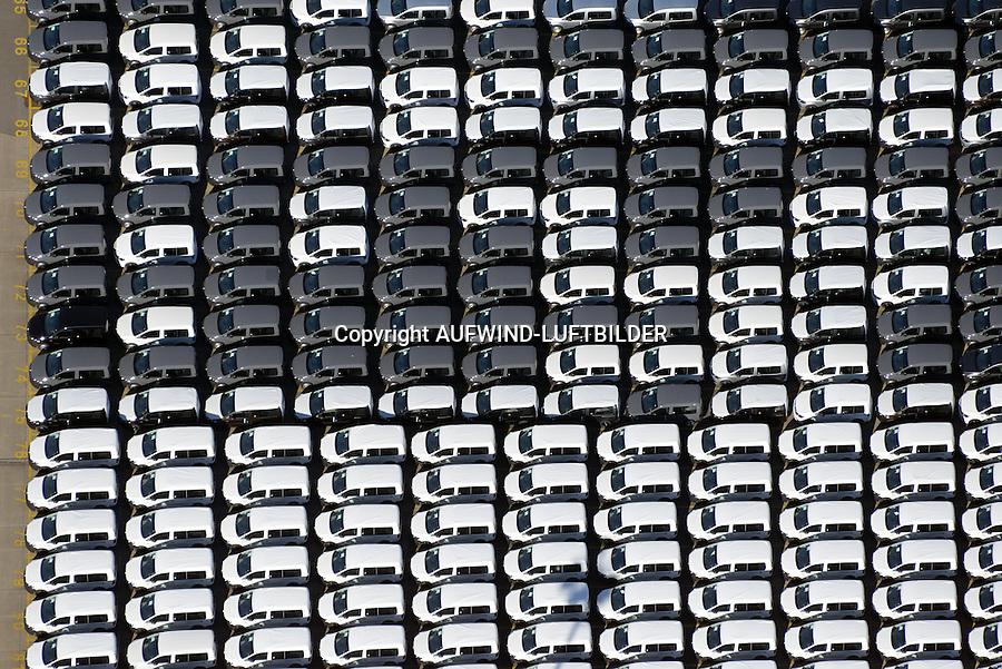 Auto Verladung Hamburg : EUROPA, DEUTSCHLAND, HAMBURG (EUROPE, GERMANY), 31.08.2016: Neuwagen der Firma Volkswagen warten auf den Transport in alle Welt am Uni Kai im Hamburger Hafen