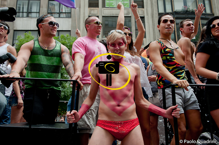 Gay pride parade through the streets of New York City<br /> (by Paolo Quadrini/S4C)<br /> <br /> Two days after the approval by the Senate of the State of New York of the law authorizing the marriages of same-sex couples, one of the largest and oldest parades in the defense of gay rights becomes a huge festive march to celebrate a historic triumph LBGT movement, not just American.<br /> <br /> More than two million people, according to organizers, marched from 36th Street along Fifth Avenue to downtown to Greenwich Village, a symbol of the struggle gay pride to assert their own identity, while fully respecting the equality of rights but especially to party, to say thank you in New York and Andrew Cuomo, Governor of the State, said Italian-American and Catholic, one of the biggest promoters of the Marriage Equality Act and signatory.<br /> <br /> He too was in the crowd, along with Mayor Bloomberg and other notables of the political and social scene in New York.