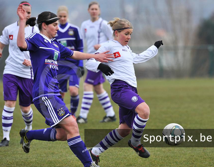 RSC Anderlecht Dames - Beerschot : Judith Van Bulck aan de bal voor Annelies Van Loock.foto DAVID CATRY / Vrouwenteam.be