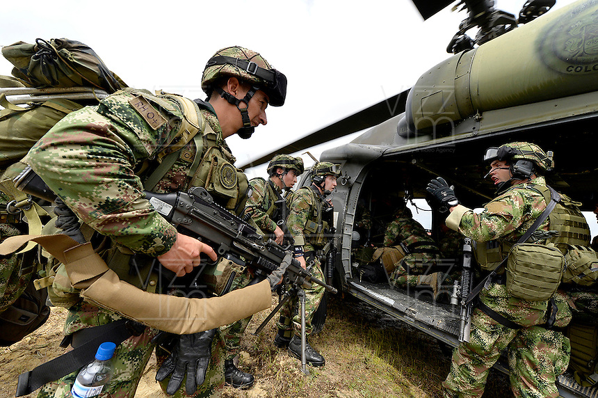 QUIBDO-CHOCO -COLOMBIA. 19-NOVIEMBRE-2014. El ministro  de Defensa Nacional Juan Carlos Pinzon continua coordinando hoy en Quibdo las operaciones de las Fuerzas Armadas para rescatar o que liberen a los secuestrados el fin de semana pasado.  /   Defense Minister Juan Carlos Pinzon   continues today in Quibdo  to coordinate the operations of the Armed Forces to rescue or to release the kidnapped last weekend: VizzorImage / Mauricio Orjuela / Ministerio de Defensa Nacional