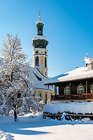Deutschland, Bayern, Chiemgau, Reit im Winkl: Ortskern mit Kirche St.Pankratius im Winter | Germany, Bavaria, Chiemgau, Reit im Winkl: with church St.Pankratius in winter