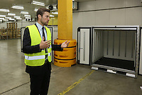 Dominik Metzger erklärt die Vorgehensweisen im pharmazeutichen Kühllager bei DHL und zeigt den Envirotainer