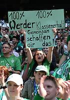 FUSSBALL   1. BUNDESLIGA   SAISON 2012/2013    32. SPIELTAG SV Werder Bremen - TSG 1899 Hoffenheim             04.05.2013 Ein weiblicher Fan vom SV Werder glaubt an den Klassenerhalt