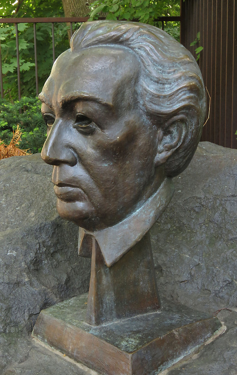 Frank Lloyd Wright, Oak Park Homes: Bust of Frank Lloyd Wright near his studio and home, Oak Park neighborhood, just outside of Chicago. (DePaul University/Jamie Moncrief)