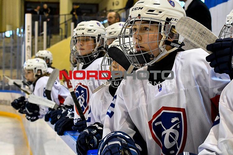 09.01.2020, BLZ Arena, Füssen / Fuessen, GER, IIHF Ice Hockey U18 Women's World Championship DIV I Group A, <br /> Daenemark (DEN) vs Frankreich (FRA), <br /> im Bild nervoese Spielerinnen auf der Spielerbank, Shana Casanova (FRA, #22)<br /> <br /> Foto © nordphoto / Hafner