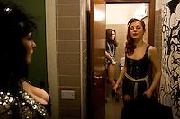 Milano: una ragazza si prepara per il suo spettacolo di burlesque