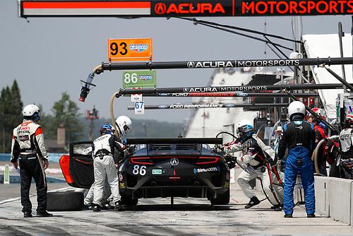 #86 Michael Shank Racing with Curb-Agajanian Acura NSX, GTD: Katherine Legge, Alvaro Parente, pit stop