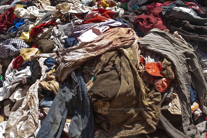 2011 Mokattam Garbage City (alla periferia del Cairo) il quartiere copto dove si vive in mezzo alla spazzatura raccolta: un mucchio di vestiti raccolti.