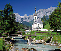 Deutschland, Bayern, Oberbayern, Berchtesgadener Land, Ramsau, Ramsauer Ache und Pfarrkirche St. Sebastian vor Reiter Alpe | Germany, Bavaria, Upper Bavaria, Berchtesgadener Land, Ramsau, Ramsauer Ache (brook), parish church St Sebastian and Reiter Alpe mountain