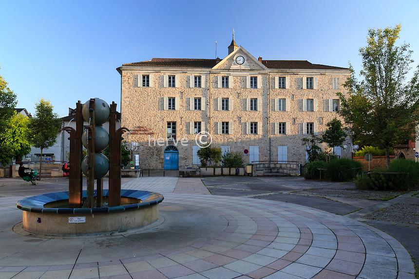 France, Haute-Vienne (87), Saint-Junien, place Auguste Roche, centre administratif Martial-Pascaud, ancien couvent des Filles-Notre-Dame // France, Haute Vienne, Saint-Junien, Auguste Roche Square