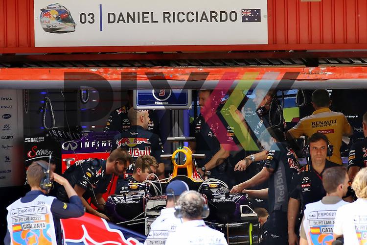 Barcelona, 10.05.15, Motorsport, Formel 1 GP Spanien 2015, Freies Training : Box von Daniel Ricciardo (Red Bull Racing RB11, #03)<br /> <br /> Foto &copy; P-I-X.org *** Foto ist honorarpflichtig! *** Auf Anfrage in hoeherer Qualitaet/Aufloesung. Belegexemplar erbeten. Veroeffentlichung ausschliesslich fuer journalistisch-publizistische Zwecke. For editorial use only.