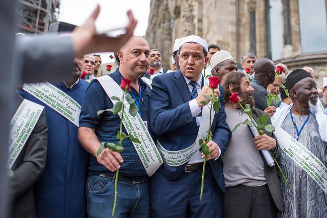 Der &quot;Marsch der Muslime gegen Terrorismus&quot; am Sonntag den 9. Juli 2017 in Berlin.<br /> Etwa sechzig Imame aus Frankreich und anderen europaeischen Laendern, darunter auch sechs Imame aus Berlin werden ab dem 9. Juli 2017 in europaeische Staedte fahren, wo es in den letzten Jahren besonders schwere islamistisch motivierte Terroranschlaege gegeben hat.In Berlin versammelten sie sich zusammen mit Mitgliedern der christlichen und juedischen Gemeinde an der Kaiser-Wilhelm-Gedaechtnis-Kirche in Berlin-Charlottenburg wo im Dezember 2016 einen Anschlag auf den Weihnachtsmarkt gegeben hatte.<br /> Der franzoesische Imam Hassen Chalghoumi aus dem Pariser Vorort Drancy engagiert sich seit vielen Jahren fuer ein friedliches Miteinander der Religionen, insbesondere im Verhaeltnis der Muslime zum Judentum. Zusammen mit seinem Freund, dem juedischen Schriftsteller Marek Halter, der seit Jahrzehnten in gleicher Weise engagiert ist hat er den &quot;Marche des musulmans contre le terrorisme&quot; initiert. Sie wollen nach Bruessel, Paris, St.-Etienne-du-Rouvray, Toulouse und Nizza und dort oeffentlich fuer die Opfer beten und gegen einen Missbrauch des Islam durch Terroristen und menschenfeindliche Gruppen eintreten.<br /> Die Evangelische Kirche Berlin-Brandenburg-schlesische Oberlausitz unterstuetzt das Anliegen der &quot;Marche des musulmans contre le terrorisme&quot;. Der Landesbischof Dr. Markus Droege hat an dem Gebet der Muslime auf dem Breitscheidplatz als Gast teilgenommen und einen Segen fuer die Teilnehmer ausgesprochen.<br /> Im Bild: 2.vr. Marek Halter; 3.vr Imam Chalghoumi.<br /> 9.7.2017, Berlin<br /> Copyright: Christian-Ditsch.de<br /> [Inhaltsveraendernde Manipulation des Fotos nur nach ausdruecklicher Genehmigung des Fotografen. Vereinbarungen ueber Abtretung von Persoenlichkeitsrechten/Model Release der abgebildeten Person/Personen liegen nicht vor. NO MODEL RELEASE! Nur fuer Redaktionelle Zwecke. Don't publish without copyright Christian-Ditsch.de, Ver