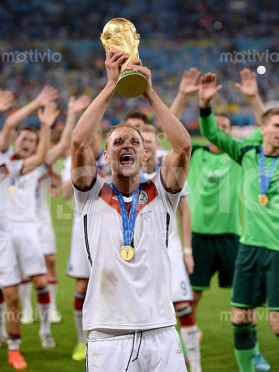 FUSSBALL WM 2014                       FINALE   Deutschland - Argentinien     13.07.2014 DEUTSCHLAND FEIERT DEN WM TITEL: Benedikt Hoewedes jubelt mit dem WM Pokal