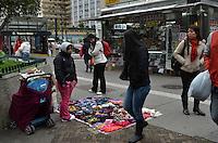 SAO PAULO. SP, 24 DE JULHO DE 2013 - CLIMA TEMPO - SAO PAULO - Vendedora de cachecóis, vitsa na Avenida Paulista, nesta quarta feira, 24, região central da capital. (FOTO: ALEXANDRE MOREIRA / BRAZIL PHOTO PRESS