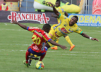 PASTO- COLOMBIA -05 -04-2014: Carlos Mosquera (Izq.) jugador de Deportivo Pasto disputa el balón con Cesar Valoyes (Der.) jugador de Atletico Huila durante partido entre Deportivo Pasto y Atletico Huila por la fecha 15 entre de la Liga Postobon I 2014, jugado en el estadio Departamental Libertad de la ciudad de Pasto. / Carlos Mosquera (L) player of Deportivo Pasto vies for the ball with Cesar Valoyes (R) player of Atletico Huila during a match between Deportivo Pasto and Atletico Huila for the date 15th of the Liga Postobon I 2014 at the Departamental Libertad Stadium in Pasto city. Photo: VizzorImage  / Leonardo Castro / Str.
