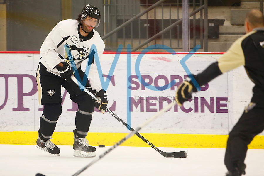 Matt Cullen #7 of the Pittsburgh Penguins works out during practice at UPMC Lemieux Sports Complex in Cranberry Township, Pennsylvania on June 8, 2016. (Photo by Jared Wickerham / DKPS)