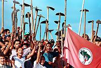 INTEGRANTES DO MST - Movimento dos Sem Terra OCUPAM  A FAZENDA CHÃO DE ESTRELAS DE PROPRIEDADE DO ENTÃO SENADOR JADER BARBALHO NO MUNICÍPIO DE  AURORA DO PARÁ, BRASIL.<br />27/06/ 2001<br />©FOTO: PAULO SANTOS/INTERFOTO