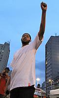 """ATENÇÃO EDITOR: FOTO EMBARGADA PARA VEÍCULOS INTERNACIONAIS. - SAO PAULO, SP, 21 DE OUTUBRO 2012 -  O Ato Público de cunho político social """"Existe Amor em SP"""" Reuniu milhares de jovens que foram a praça Franklin Roosevelt, para participar e assistir aos shows como o do rapper Emicida nesse domingo 21 (FOTO:  LEVY RIBEIRO / BRAZIL PHOTO PRESS)."""