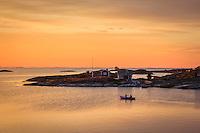 Roddtur i solnedgången vid Ut-Fredels fiskebodar  i Stockholms ytterskärgård Roslagen