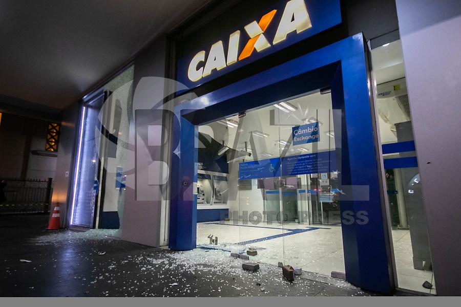 SAO PAULO, SP - 10.01.2019 - PROTESTO-SP - Grupo de Black blocs realizam atos de vandalismo e destroem bancos na Avenida Paulista após encerramento do protesto realizado pelo Movimento Passe Livre a noite desta quinta-feira (10). (Foto: Fabricio Bomjardim / Brazil Photo Press)