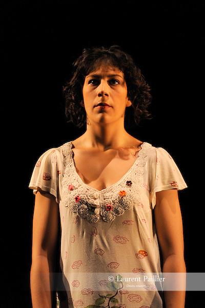 Aimez-vous Schubert ?....Choregraphie : Valerie Riviere..Compagnie : Paul et les oiseaux..Decor : ..Lumiere : ..Costumes : ..Avec :..Elodie Sicard..Melodie Gonzales..Benjamin Forgues..Claire Charliot..Lieu : Centre National de la danse..Ville : Pantin..Le : 23 11 2009..© Laurent PAILLIER / photosdedanse.com..All rights reserved