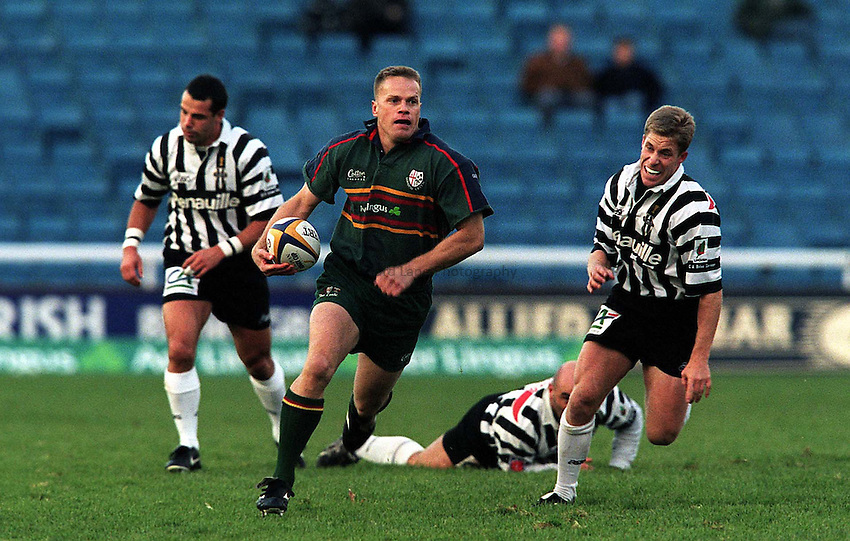Photo:Ken Brown.20.11.99 London Irish v Brive.Jarrod Cunningham runs away to set up a Campbell try