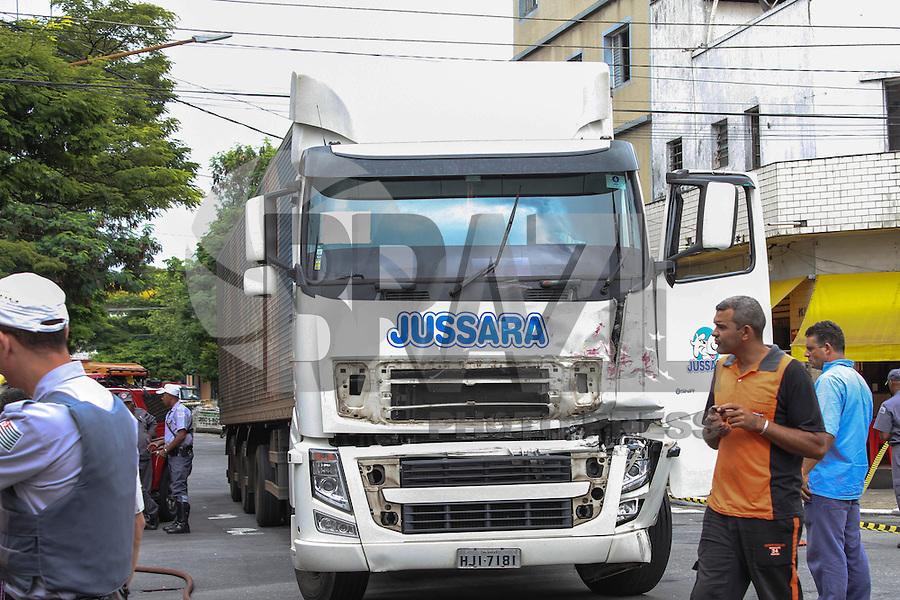 SÃO PAULO 25 DE MARÇO DE 2013. CAMINHAO X CAMINHAO -  Um caminhão guincho que transportava uma viatura de resgate, colidiu com outro caminhão, na Rua Presidente Batista Pereira, no bairro Mooca nesta manha de segunda-feira, 25.FOTO: MICHELLE SPREA/BRAZIL PHOTO PRESS.