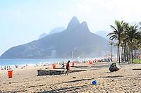 RIO DE JANEIRO, RJ, 05 DE JUNHO DE 2013 -CLIMA TEMPO EM IPANEMA-RJ-  Movimentação na praia de Ipanema na tarde desta quarta-feira, 05 de junho, com muito sol, mar calmo e um pouco de névoa, em Ipanema, zona sul do Rio de Janeiro.FOTO:MARCELO FONSECA/BRAZIL PHOTO PRESS