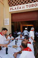 """Europe/France/Aquitaine/64/Pyrénées-Atlantiques/Bayonne: Repas de la société taurine au """"Patio de Caballos"""" aux arênes lors des fêtes de Bayonne"""