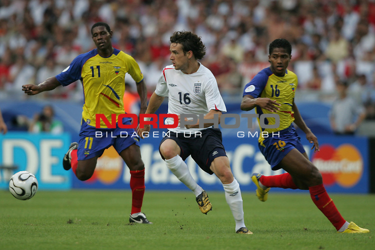 FIFA WM 2006 -  Round of Sixteen - / Achtelfinale<br /> Play    #51 (25-Jun) - England vs Ecuador 1:0<br /> <br /> Owen Hargreaves (Mitte) von England gegen Agustin Delgado (links) und Luis Valencia (rechts) von Ecuador.<br /> <br /> Foto &copy; nordphoto