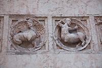 Battistero di Parma , commissionato a Benedetto Antelami, costruito tra il 1196 e il 1270 , in marmo rosa di Verona, decorazioni esterne in rilievo con centauri e elementi fantastici