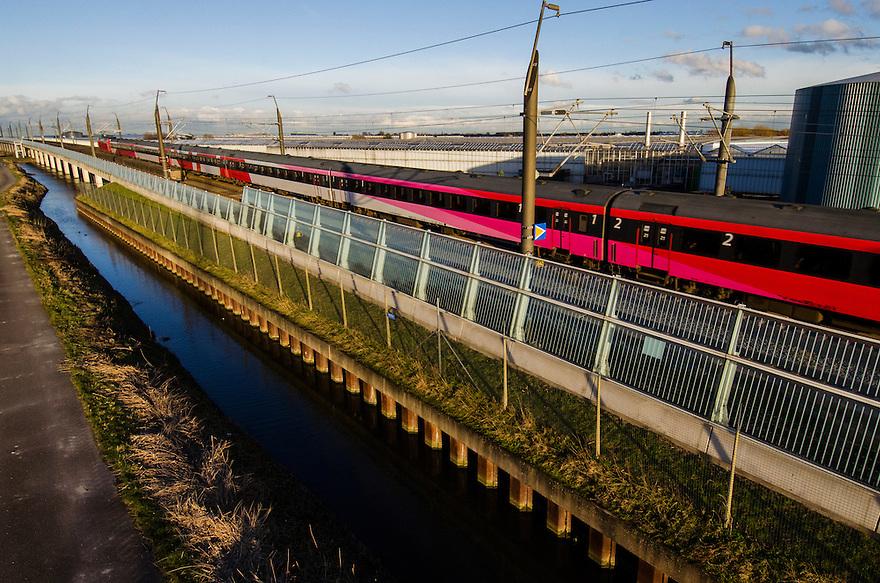Nederland, Zoetermeer, 5febr 2014<br /> HSL spoorlijn op viaduct vlakbij Zoetermeer. <br /> De Thalys is de enige hogesnelheidstrein die van het spoor gebruik maakt. Een gewone trein naar Belgie rijdt hier ook, maar die haalt geen hoge snelheden. Het was de bedoeling dat de Fyra hier ook zou rijden.<br /> Foto: Michiel Wijnbergh