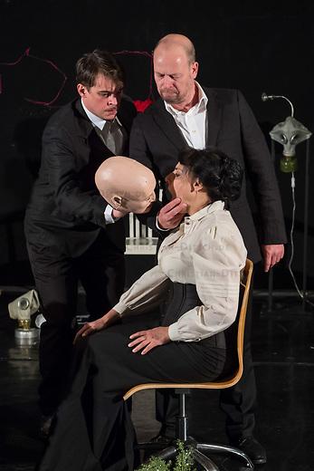 Probe des Theaterstueck &quot;ROSA- UND DIE FREIHEIT DER ANDERSDENKENDEN&quot; der Dramaturgin Barbara Kastner.<br /> Regie: Anja Panse.<br /> Darsteller:<br /> Rosa Luxemburg: Susanne Jansen (im Bild sitzend).<br /> Ernst Julius Waldemar Pabst, Kaiser Wilhelm III, u.a.: Lutz Wessel (stehend, rechts im Bild).<br /> Leutnant, Bundesverteidigungsminsiterin, u.a.: Arne van Dorsten (stehend, links im Bild).<br /> Musikerin, Sophie Lieberknecht: Annegret Enderle.<br /> 22.5.2017, Berlin<br /> Copyright: Christian-Ditsch.de<br /> [Inhaltsveraendernde Manipulation des Fotos nur nach ausdruecklicher Genehmigung des Fotografen. Vereinbarungen ueber Abtretung von Persoenlichkeitsrechten/Model Release der abgebildeten Person/Personen liegen nicht vor. NO MODEL RELEASE! Nur fuer Redaktionelle Zwecke. Don't publish without copyright Christian-Ditsch.de, Veroeffentlichung nur mit Fotografennennung, sowie gegen Honorar, MwSt. und Beleg. Konto: I N G - D i B a, IBAN DE58500105175400192269, BIC INGDDEFFXXX, Kontakt: post@christian-ditsch.de<br /> Bei der Bearbeitung der Dateiinformationen darf die Urheberkennzeichnung in den EXIF- und  IPTC-Daten nicht entfernt werden, diese sind in digitalen Medien nach &sect;95c UrhG rechtlich geschuetzt. Der Urhebervermerk wird gemaess &sect;13 UrhG verlangt.]