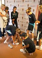 12-8-09, Den Bosch,Nationale Tennis Kampioenschappen, 1e ronde, Ballenkinderen passen schoenen van Lotto