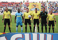 MONTERIA - COLOMBIA, 22-04-2018: Ramon Cordoba (segundo desde Izq), capitán de jaguares, Ricardo Andres Garcia (con el balón), árbitro, Abel Aguilar (segundo desde Der), capitán del Cali, y Eduardo Diaz, Diego Flechas y Carlos Garcia, árbitros asistentes durante los acots protocolarios previo al encuentro entre Jaguares FC y Deportivo Cali  por la fecha 17 de la Liga Águila I 2018 jugado en el estadio Municipal de Montería. / Ramon Cordoba (second from L), captian of jaguares, Ricardo Andres Garcia (with the ball), referee, Abel Aguilar (second from R), captain of Cali, and Eduardo Diaz, Diego Flechas and Carlos Garcia, assistant referees, during the formal events prior the match between Jaguares FC and Deportivo Cali for the date 17 of the Liga Aguila I 2018 at the Municipal de Monteria Stadium in Monteria city. Photo: VizzorImage / Andres Felipe Lopez / Cont