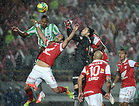 BOGOTA - COLOMBIA -07 -05-2014: Jose De La Cuesta (2Izq.) y Camilo Vargas (Cent.) jugadores de Independiente Santa Fe disputan el balón con Cesar Quintero (Izq.) jugador de Atletico Nacional, durante partido de ida entre Independiente Santa Fe y Atletico Nacional, por las semifinales de la Liga Postobon I-2014, jugado en el estadio Nemesio Camacho El Campin de la ciudad de Bogota./ Jose De La Cuesta (2L) and Camilo Vargas (C) players of Independiente Santa Fe struggle for the ball Cesar Quintero (L) player of Atletico Nacional, during a match for the first leg between Independiente Santa Fe and Atletico Nacional, for the semifinals of the Liga Postobon I -2014 at the Nemesio Camacho El Campin Stadium in Bogota city, Photos: VizzorImage  / Luis Ramirez / Staff.