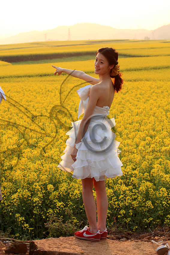 Une jeune citadine dans un champ de colza.///A young tourist from the city in a rape field.