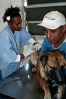 SÃO PAULO, 21 DE AGOSTO, 2012 - VACINAÇÃO ANTI-RABICA - Segundo repasse da vacinação anti-rábica no município promovido pelo Centro de Controle de Zoonoses (CCZ), da Secretaria Municipal de Saúde. A iniciativa tem o objetivo de intensificar as ações nos bairros onde a campanha teve baixa adesão. Campanha vai até o dia 25 de agosto - FOTO LOLA OLIVEIRA - BRAZIL PHOTO PRESS